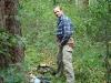 Мирослав Дравецки надевает страховочный пояс для восхождения к гнезду змееяда №2