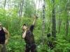 Михаил Франчук с помощью рогатки забрасывает шнур на ветки гнездового дерева